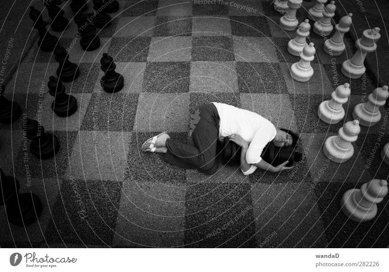 _________________ feminin Junge Frau Jugendliche 1 Mensch 30-45 Jahre Erwachsene Schachfigur berühren liegen schlafen Umarmen außergewöhnlich fantastisch Glück