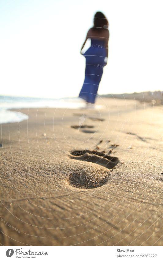 Blicke vorwärts und niemals zurück.. Mensch Jugendliche schön Sommer Sonne Meer Strand Einsamkeit Erholung Erwachsene feminin Junge Frau Gesundheit 18-30 Jahre