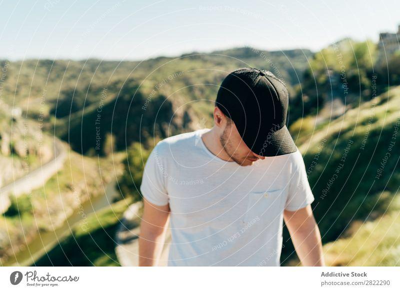 Fröhlicher Mann in den Bergen Berge u. Gebirge heiter Mütze Glück Jugendliche Abenteuer Natur Gesundheit Ferien & Urlaub & Reisen Mensch Lifestyle Porträt