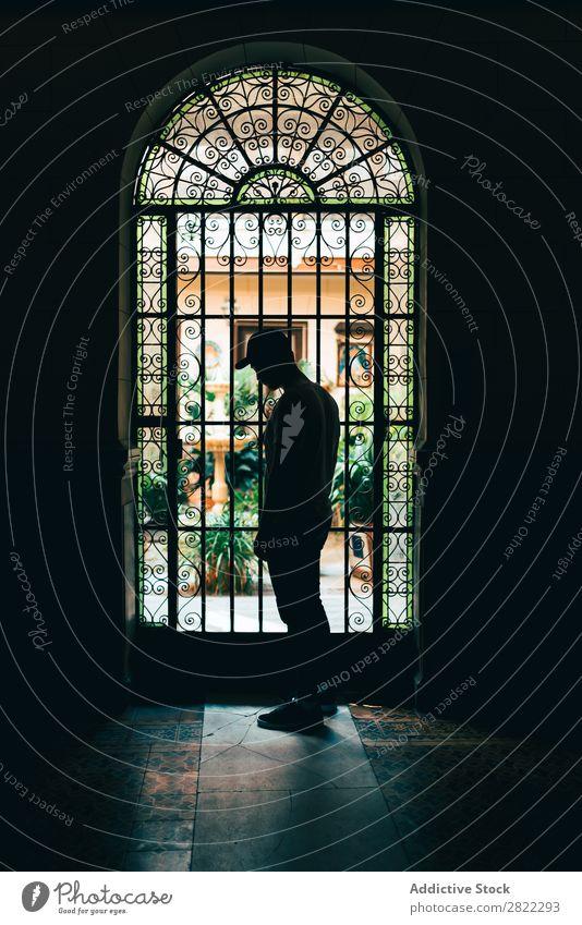 Silhouette an der Tür stehend Mann Licht Mensch schön Raum Türöffnung Schatten Gang schwarz dunkel Einsamkeit Erfolg Weg Mysterium hell Tag ernst Eintreten
