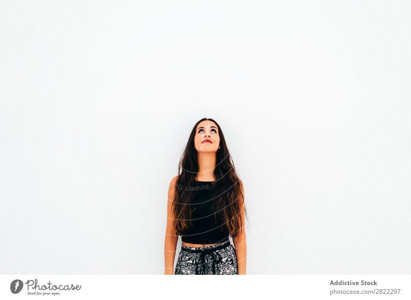 Junge Frau, die sich an die weiße Wand lehnt. hübsch Jugendliche schön stehen anlehnen brünett attraktiv Mensch Beautyfotografie Erwachsene Stil niedlich