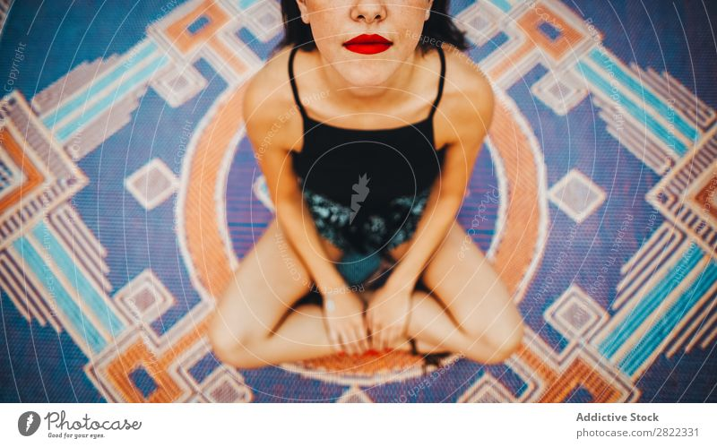 Zuschneiden der hübschen Frau auf dem Teppich Jugendliche schön sitzen rote Lippen brünett attraktiv Mensch Beautyfotografie Erwachsene Stil niedlich Lifestyle
