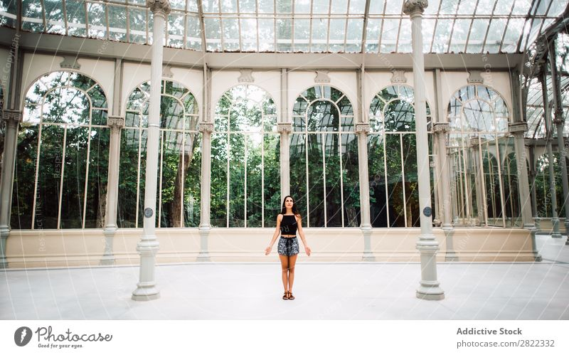 Hübsche Frau im Glashaus hübsch Jugendliche schön brünett stehen Haus Garten Park attraktiv Mensch Beautyfotografie Erwachsene Stil niedlich Lifestyle Dame
