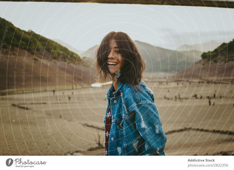 Frau, die in den Bergen posiert. Hügel stehen träumen Jugendliche Berge u. Gebirge Ferien & Urlaub & Reisen Freiheit Aktion Tourist Abenteuer Felsen Aussicht