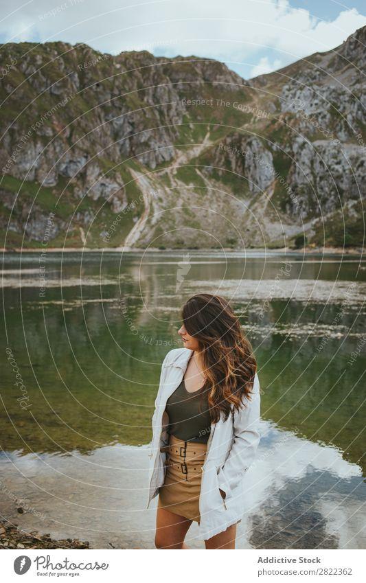 Hübsche Frau im Bergsee See Berge u. Gebirge stehen Behaarung ausrichten Hügel Halde Wasser Jugendliche Sommer Ferien & Urlaub & Reisen Lifestyle Mensch Park