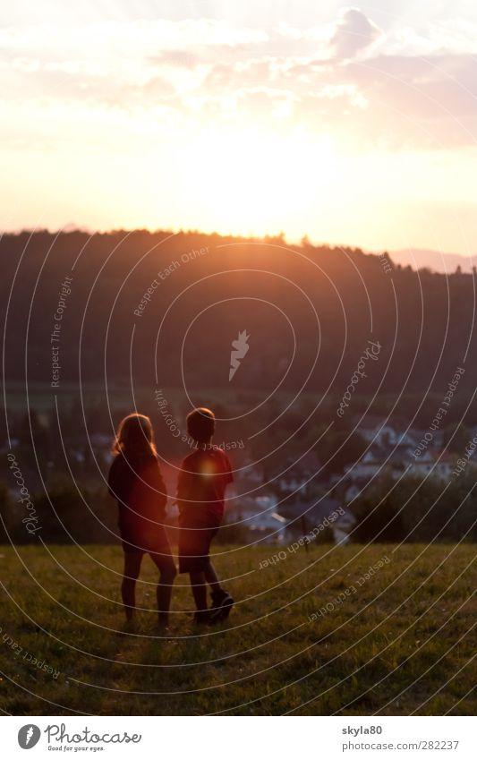 Wunderland Mädchen Junge Kind Paar Zusammensein Wiese Kindheit Kindheitserinnerung träumen Leben Sonnenuntergang Reflexion & Spiegelung Familie & Verwandtschaft