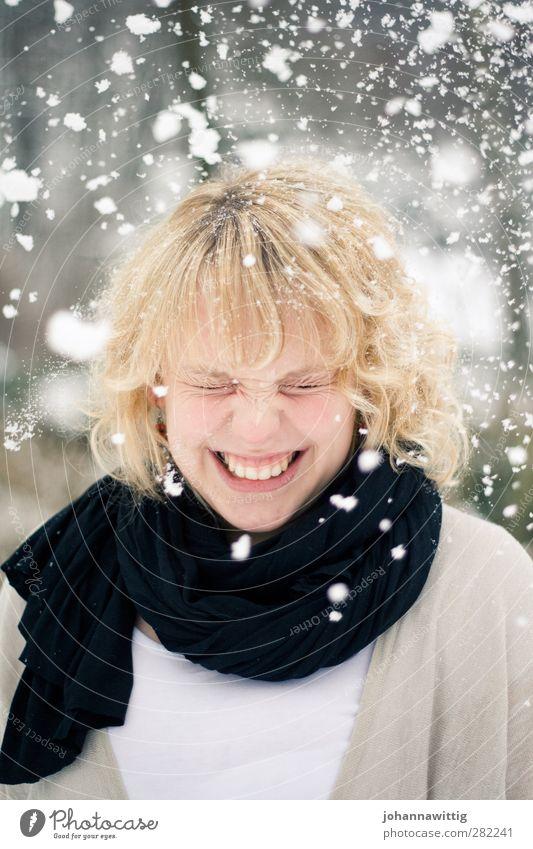 schneeflöckchen Mensch Jugendliche weiß Freude schwarz Winter Wärme kalt Leben Gefühle lachen Schneefall blond rund Zähne Locken