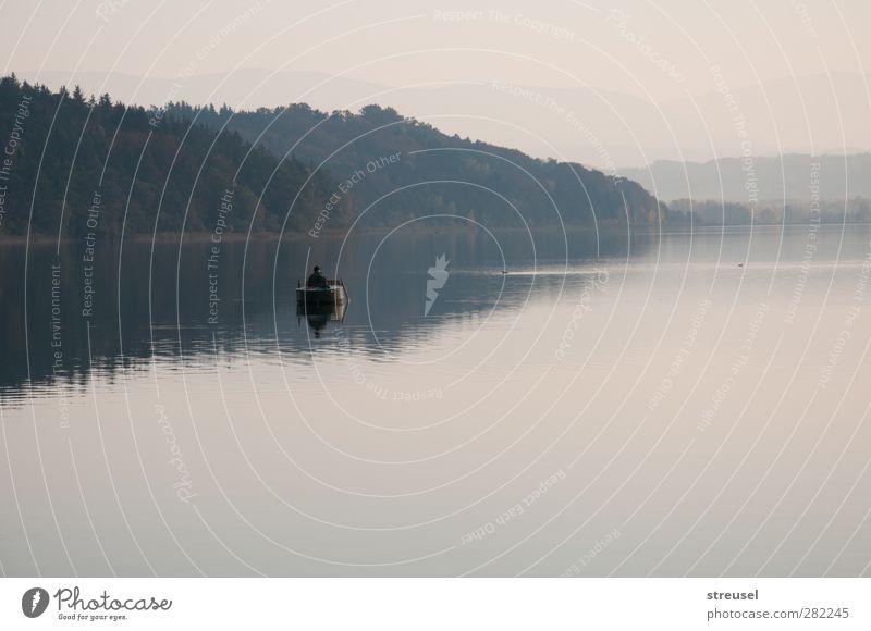 Herbststille Mensch Erwachsene 1 Umwelt Natur Landschaft Wasser Nebel See Fischerboot Erholung sitzen warten natürlich Zufriedenheit Gelassenheit geduldig ruhig