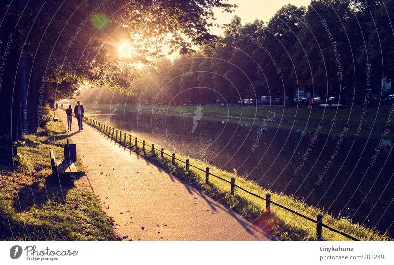 Nymphenburg Spaziergang Städtereise Paar 2 Mensch Herbst Schönes Wetter Park Kanal Hauptstadt Stadtrand Nymphenburger Schloß Wege & Pfade Bank gehen leuchten