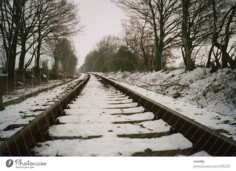 Schnee auf Schiene :) Gleise Eisenbahn Tunnelblick Unendlichkeit Verkehr Ferne