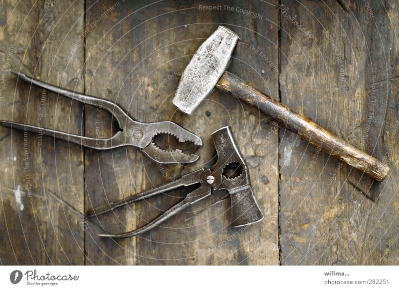 werkzeug hammer zange Werkzeug Hammer Holz Metall braun alt früher Zange Arbeitsplatz Handwerk Kombizange Farbfoto Außenaufnahme Menschenleer