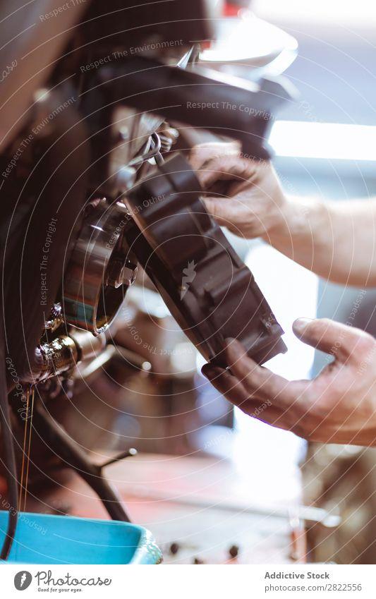 Mann setzt Teil auf das Fahrrad Mensch Flugzeugwartung Nahaufnahme Detailaufnahme Teile u. Stücke Hand Mitarbeiter Motorrad Werkstatt Verkehr Fahrzeug Garage