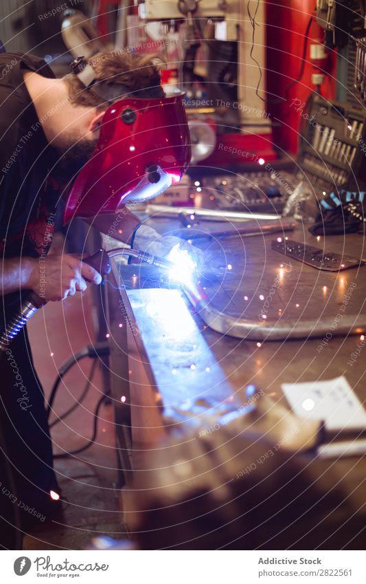 Mann, der Schweißarbeiten macht Schweißen Werkstatt Garage Produktion Stahl Industrie Metall industriell Mitarbeiter Gerät Arbeit & Erwerbstätigkeit Werkzeug