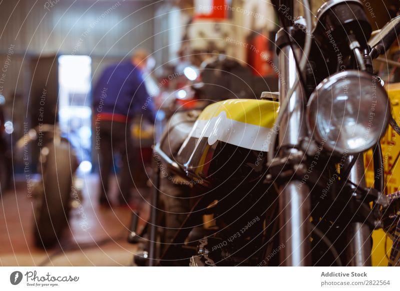 In der Garage geparktes Motorrad Werkstatt Verkehr Fahrzeug benutzerdefiniert Reparaturwerkstatt professionell Maschine Flugzeugwartung Mitarbeiter Lifestyle