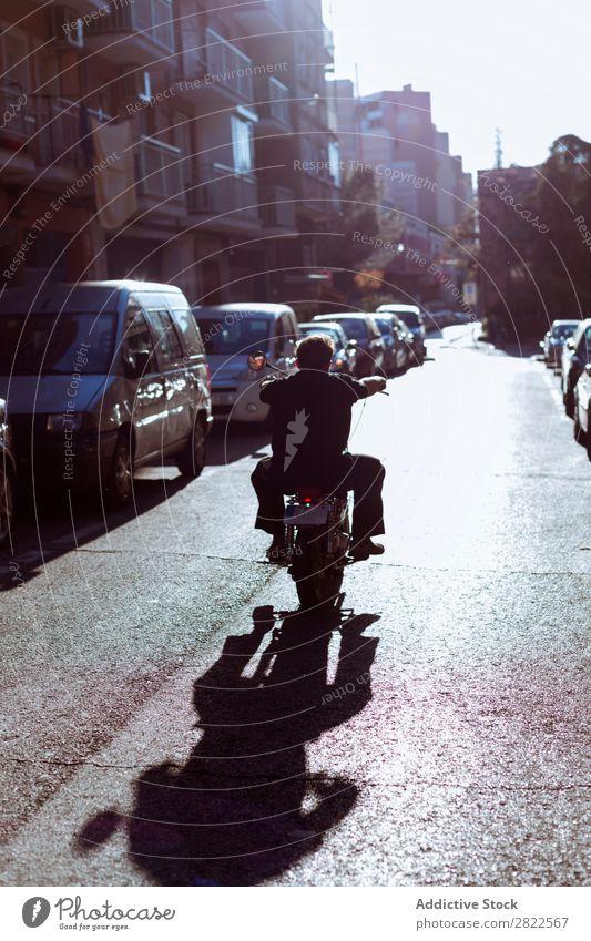 Biker fahren auf der Straße Motorradfahren Mensch Ausritt Mann Werkstatt geparkt Verkehr Fahrzeug benutzerdefiniert professionell Maschine Motocross-Rennen