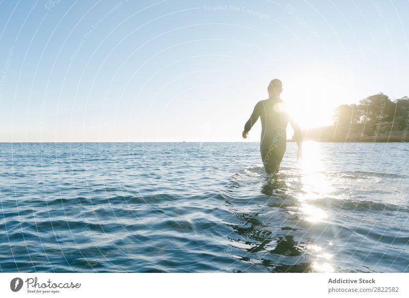Taucher beim Betreten des Meeres Mann Neoprenanzug Ferien & Urlaub & Reisen Erholung Wasser Schwimmsport Aktion Sport Strand Geplätscher Freiheit Abenteuer