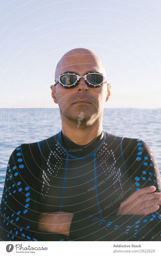 Taucher, der im Wasser posiert. Mann Neoprenanzug selbstbewußt Erholung Meer Ferien & Urlaub & Reisen Sportler Natur Körperhaltung Freizeit & Hobby
