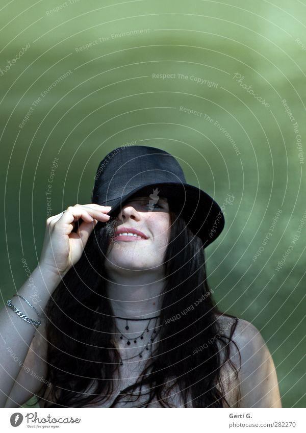 junge hübsche dunkelhaarige Frau lächelt unter heruntergezogener Hutkrempe schön Gesicht feminin Junge Frau Jugendliche Erwachsene Hand 18-30 Jahre Wasser See