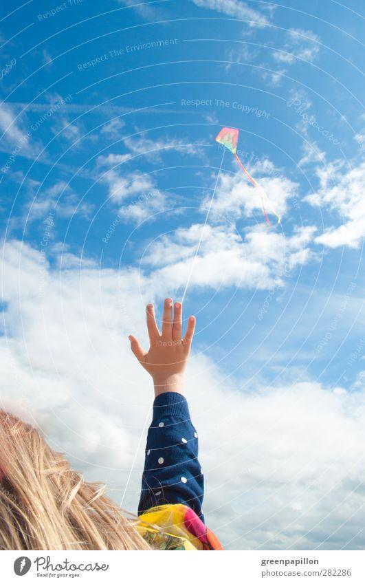 Flieg, Drachen! Flieg! Kind Himmel blau Himmel (Jenseits) Sommer Sonne Meer Freude Mädchen Herbst Junge Spielen Glück Freiheit fliegen Kindheit
