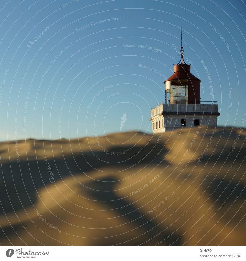 Über die Düne schielen ... blau alt Sommer rot Sonne gelb Küste Sand Stein Metall braun gold Schönes Wetter historisch Nordsee Stranddüne