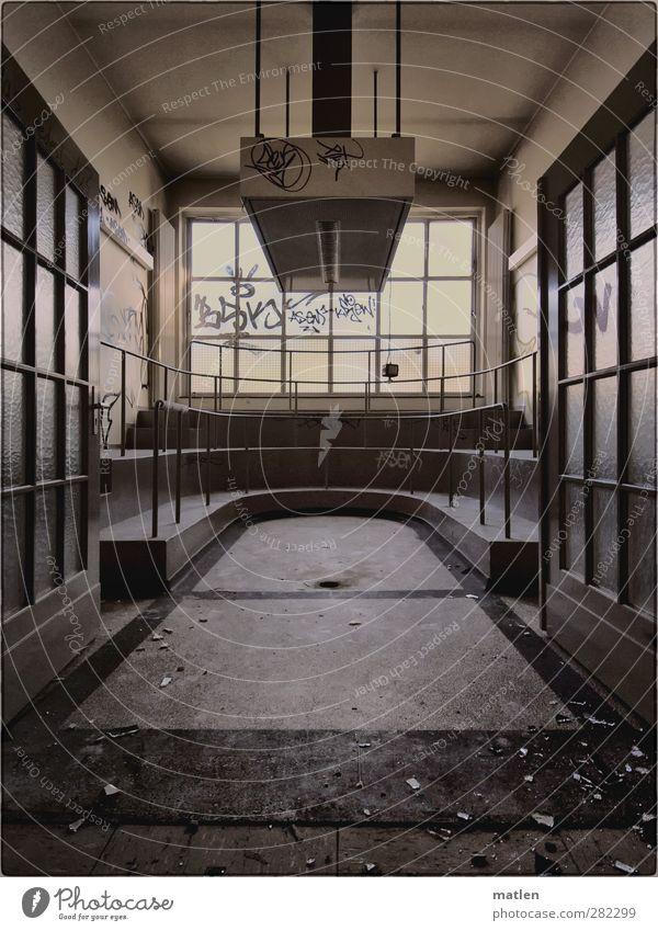 dissecting room ruhig Haus Wand grau Mauer Autofenster braun Tür Dorf Treppengeländer Gitter Abfluss Abzug Ruhelage