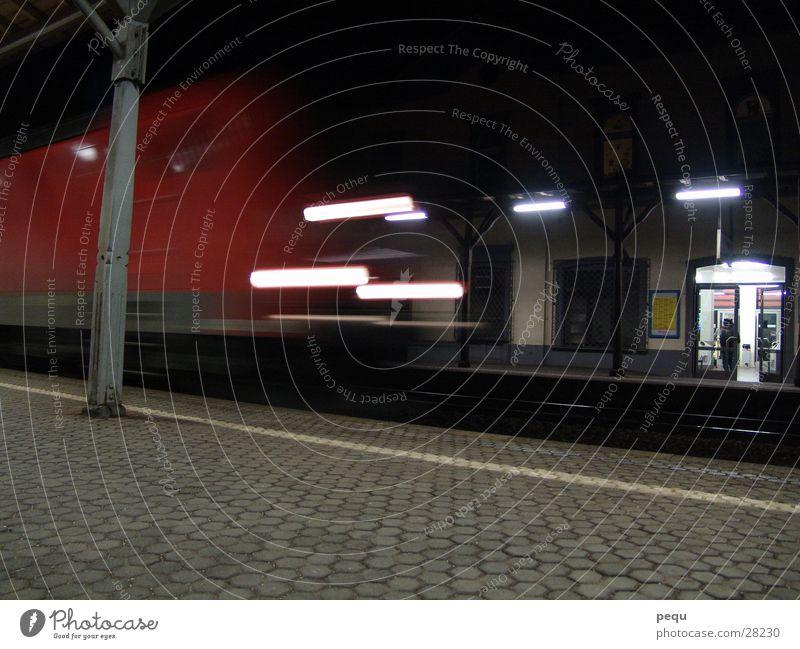 arrival Eisenbahn dunkel rot Licht Ankunft Verkehr Bahnhof