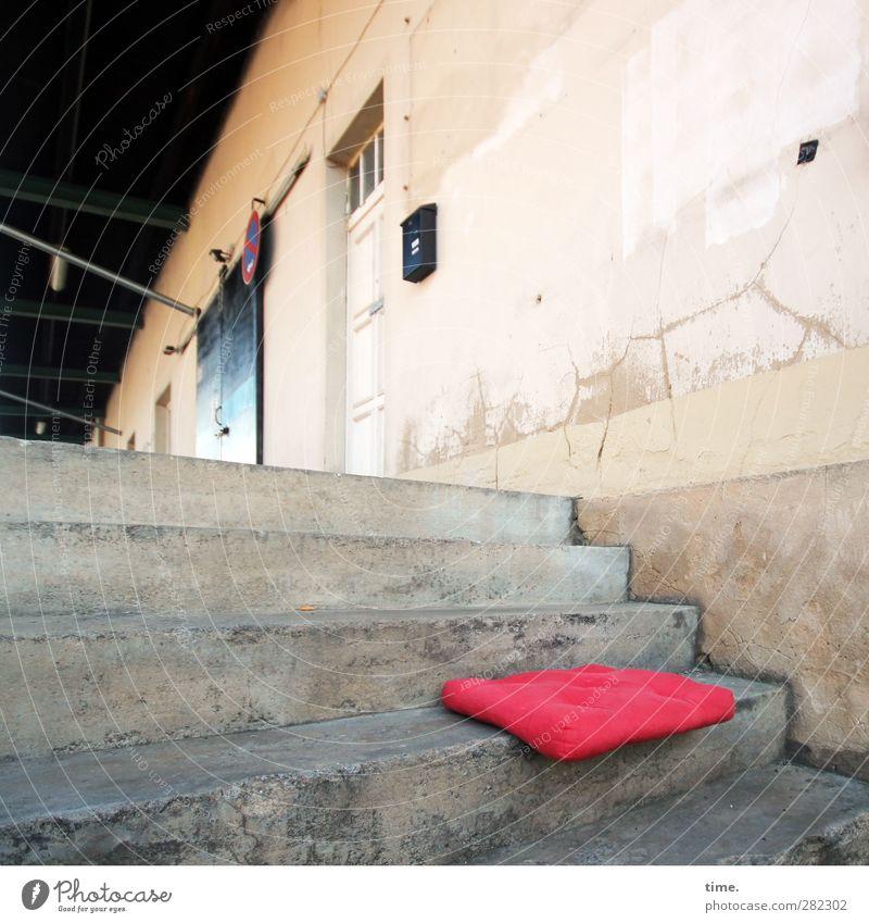 Sitzgelegenheit | Schattenwärmer alt rot Einsamkeit Stein Tür Fassade Treppe Beton Dach Wandel & Veränderung Kunststoff historisch Verfall Kissen Briefkasten