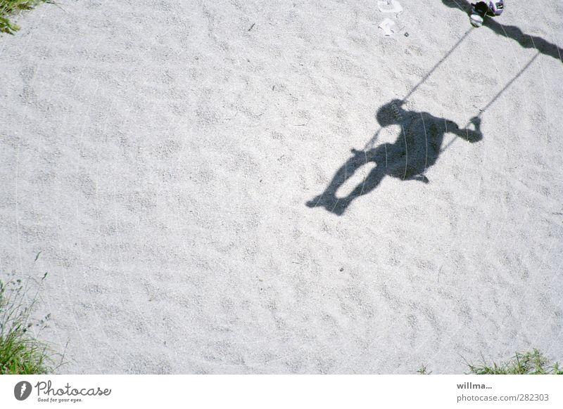 sich verschaukelt vorkommen | thementage sitzgelegeneiten Mensch Kind 1 schaukeln Spielen grau Freude Schatten Schattenspiel Schattenkind Sand Schaukel