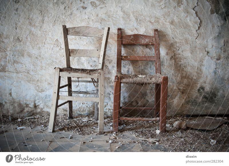 Sitzgelegenheit | for two senior women instead of a bench alt Wand Senior Mauer Bodenbelag Vergänglichkeit Stuhl Verfall Stuhllehne Stuhlgruppe Stuhlbein