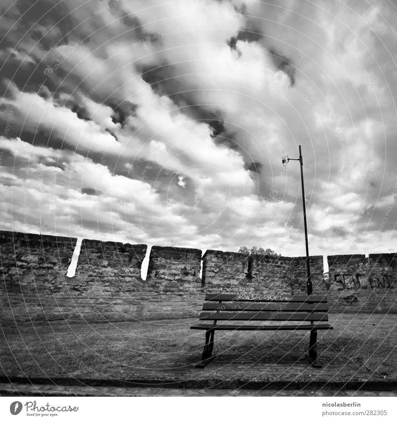 Sitzgelegenheit | ganz klassisch Himmel Ferien & Urlaub & Reisen Stadt Einsamkeit Wolken ruhig Erholung Wiese Wand Mauer Garten Park Klima Angst