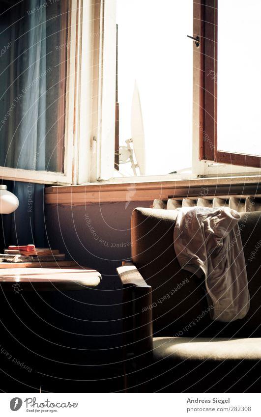 Sitzgelegenheit | Am Fenster Lifestyle Wohlgefühl Erholung ruhig Häusliches Leben Wohnung Innenarchitektur Möbel Lampe Sessel Tisch Bekleidung T-Shirt