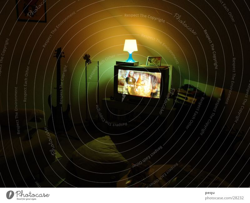 strange tv Fernseher Licht Lampe dunkel Fernsehen Bild