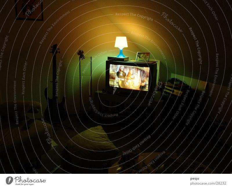 strange tv Lampe dunkel Fernseher Fernsehen Bild Medien
