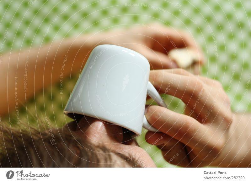 Mokka am Morgen Frühstück Kaffeetrinken Getränk Heißgetränk Espresso Geschirr Tasse maskulin 1 Mensch festhalten hell lecker Porzellan Muster Tischwäsche