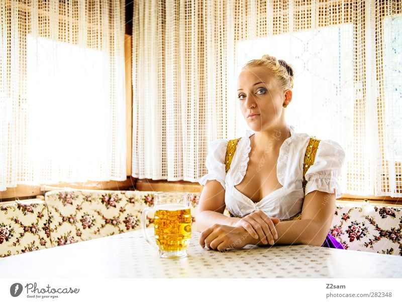 Klischee -Portrait Jugendliche schön Erwachsene feminin Junge Frau Stil Autofenster 18-30 Jahre blond Kraft sitzen elegant ästhetisch retro Kultur Gelassenheit