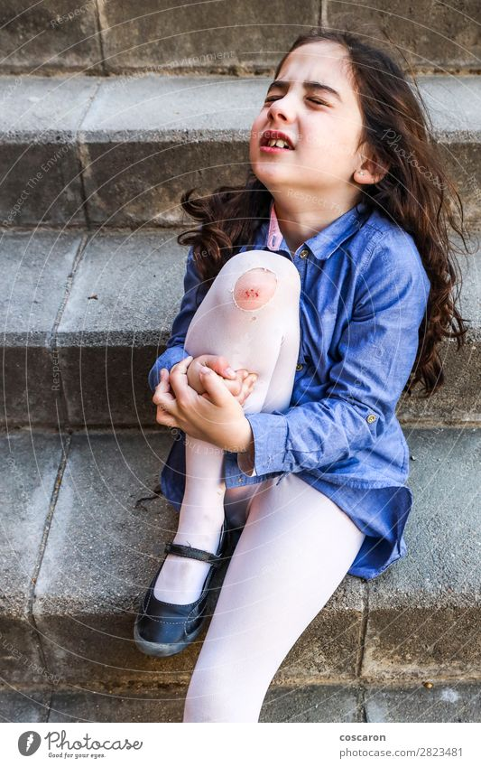 Kind Mensch Sommer blau Mädchen Gesundheit Lifestyle Beine Traurigkeit feminin Sport Gefühle Gesundheitswesen klein Spielen Schule