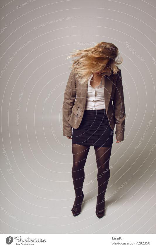 Schüttel dein Haar für mich! Mensch Jugendliche Erwachsene feminin Junge Frau Haare & Frisuren Beine Büro Business 18-30 Jahre Arbeit & Erwerbstätigkeit blond