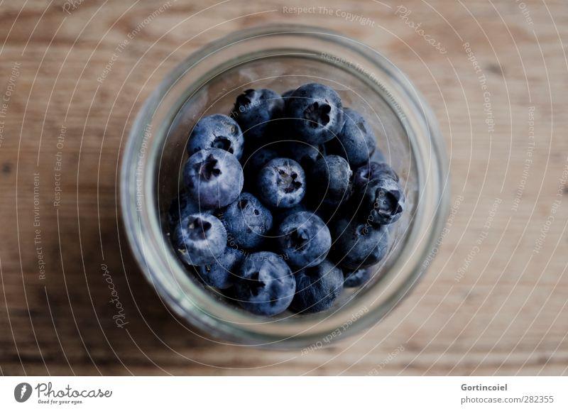 Blaue Beeren Lebensmittel Frucht Ernährung Bioprodukte Vegetarische Ernährung Diät Glas frisch Gesundheit lecker blau braun Blaubeeren Holztisch Foodfotografie