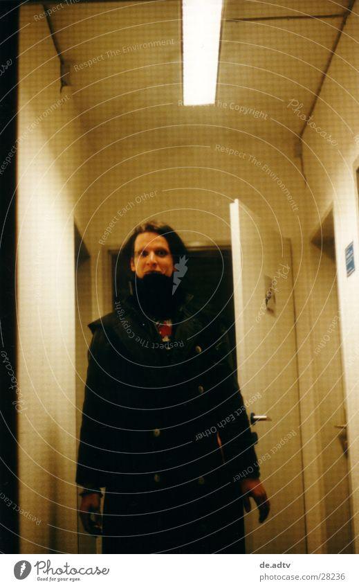 ANGST Mann schwarz dunkel Tür trist bedrohlich böse Flur Neonlicht Musiker vermummen Glastür