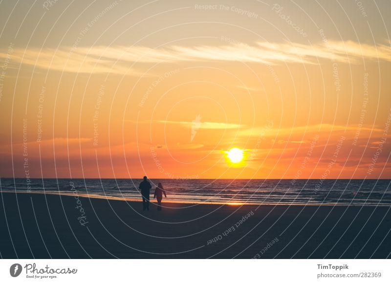 Langeoog Love Sonne Sonnenaufgang Sonnenuntergang schön Liebespaar Romantik Strand Strandspaziergang Sonnenlicht Ostfriesische Inseln Horizont Himmel Paar