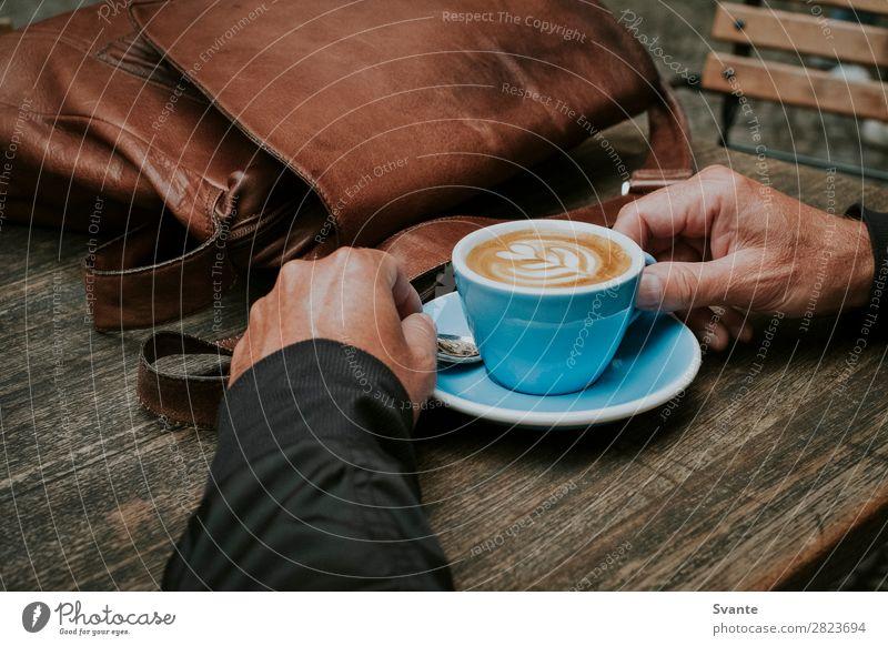 Mensch Mann blau Hand Erholung Freude Lifestyle Erwachsene Berlin Stil Deutschland braun elegant 45-60 Jahre Kaffee Getränk