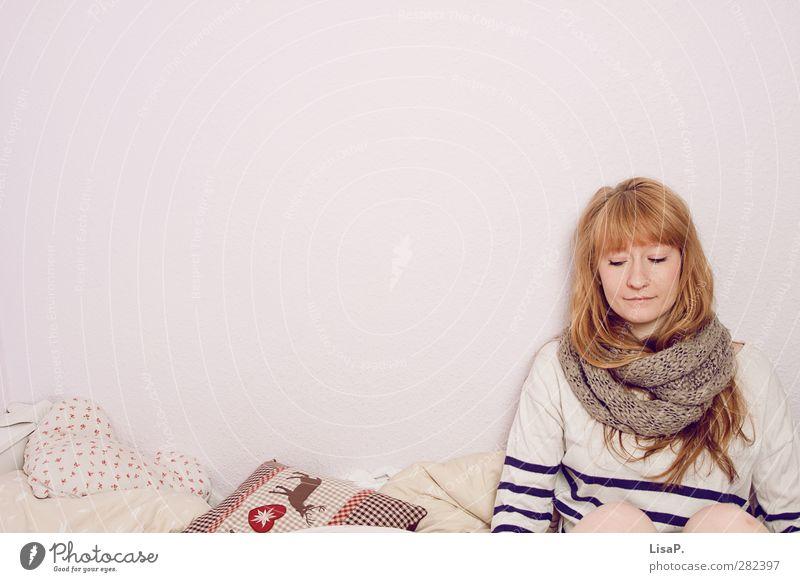 abwarten Bett Schlafzimmer feminin Junge Frau Jugendliche Kopf Haare & Frisuren 18-30 Jahre Erwachsene Pullover Schal blond rothaarig langhaarig Pony Kissen