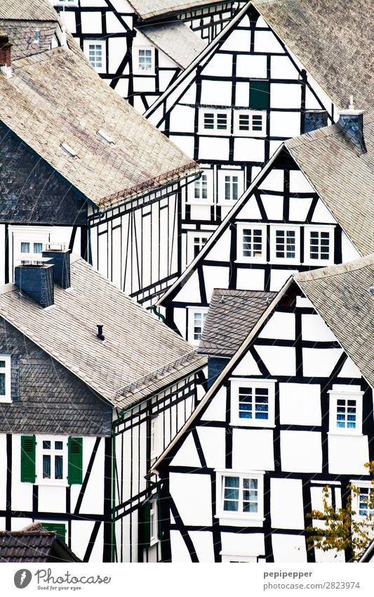 Freudenberg weiß Haus Fenster schwarz Architektur Wand Gebäude Mauer Fassade Häusliches Leben Wohnung Linie Sehenswürdigkeit Dach Wahrzeichen Bauwerk
