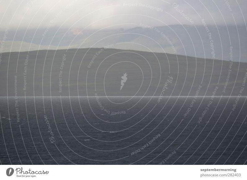 Schottische Impression Natur Wasser dunkel grau Hügel schlechtes Wetter