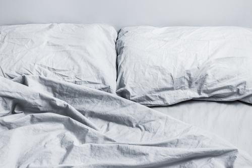 Schmutzige graue Bettwäsche Lifestyle Reichtum Design Wellness Erholung Innenarchitektur Schlafzimmer schlafen modern natürlich Sauberkeit weich Geborgenheit