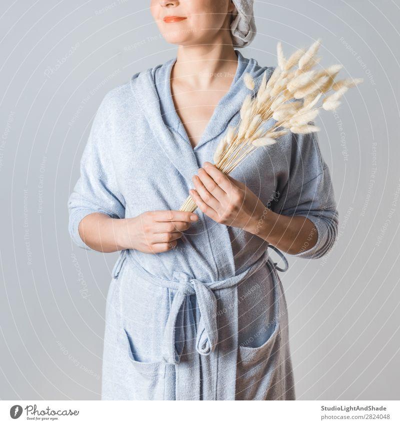 Junge Frau nach dem Duschen Lifestyle schön Körper Haut Gesundheitswesen Spa Mensch Erwachsene Arme Hand Natur Blume Gras Blumenstrauß natürlich Sauberkeit wild