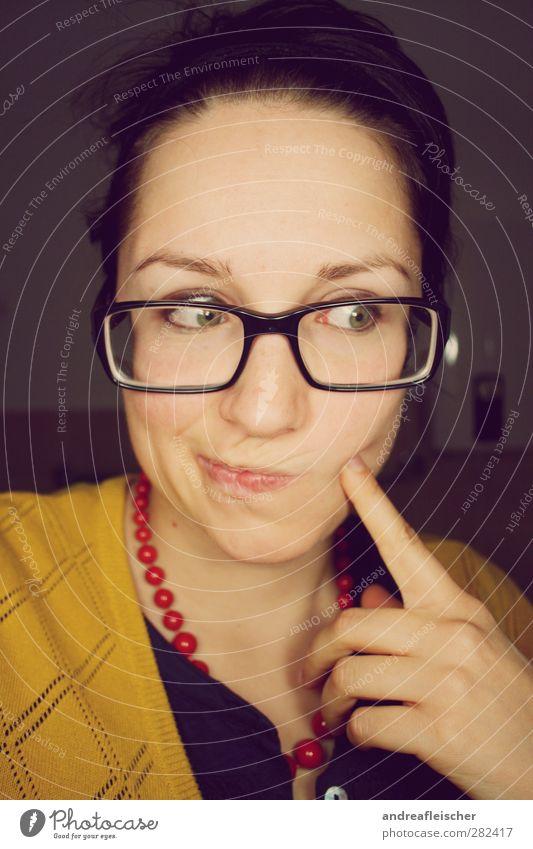 hmm. feminin Junge Frau Jugendliche Erwachsene 1 Mensch 18-30 Jahre Bekleidung T-Shirt Stoff Accessoire Schmuck Brille Haarband brünett Zopf Denken rot gelb