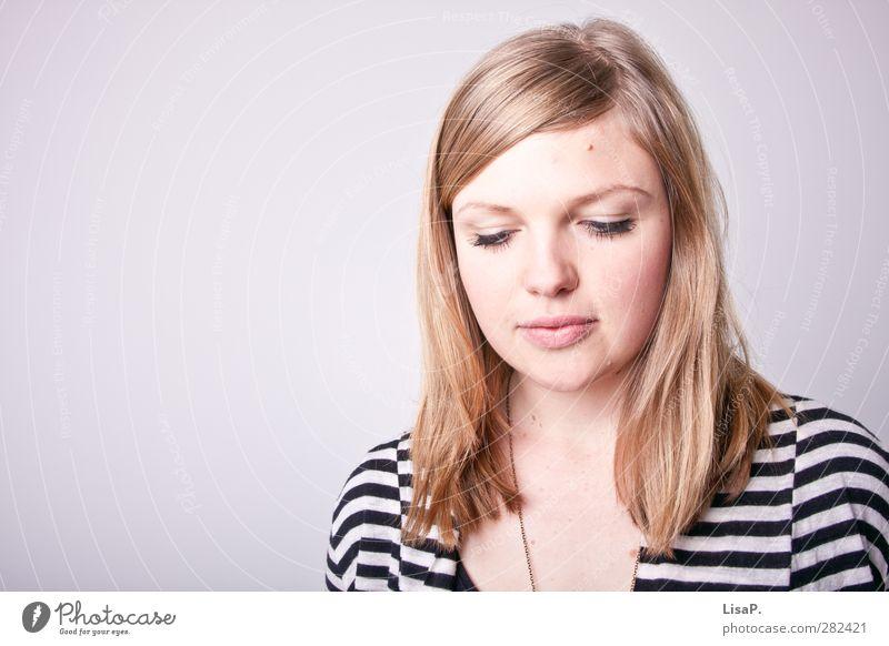 nach links unten schauen feminin Junge Frau Jugendliche Kopf Haare & Frisuren Gesicht 18-30 Jahre Erwachsene Kette blond langhaarig Scheitel Denken Blick schön
