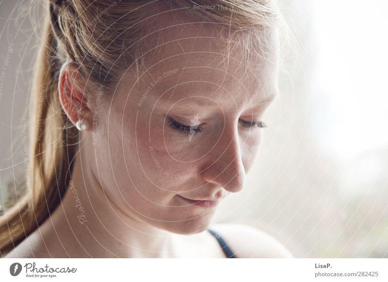 nach rechts unten schauen feminin Junge Frau Jugendliche Leben Kopf Haare & Frisuren Gesicht Ohr Nase Mund Lippen 1 Mensch 18-30 Jahre Erwachsene Ohrringe
