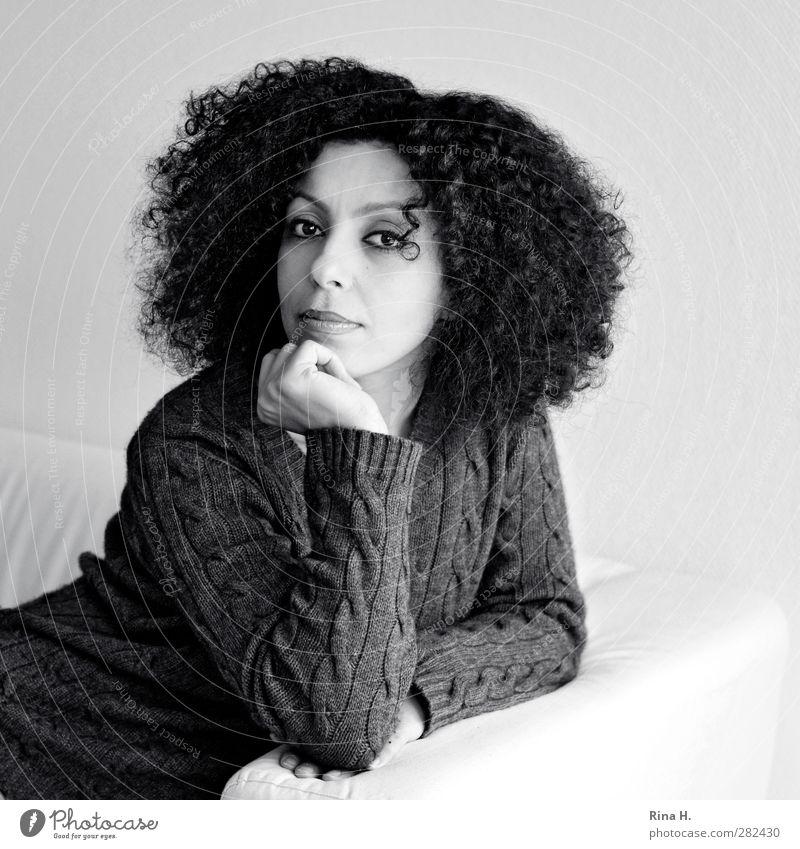 KopfStütze Mensch Jugendliche schön Erwachsene Junge Frau feminin Haare & Frisuren sitzen Arme Handy Locken Sofa langhaarig Pullover schwarzhaarig 30-45 Jahre